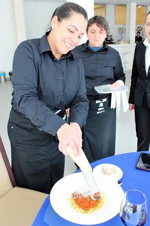 O alumnado de Servizos de bar e cafetería serviu as mesas