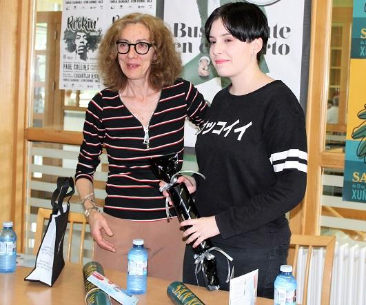 Belén Enríquez entregou o premio á gañadora do concurso do cartel, Ana Varela López, que mesturou a folla de carballo e a sardiña para representar as nosas festas