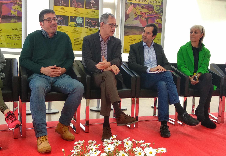 O alcalde, Evencio Ferrero, conversa co o director da Agadic, Jacobo Sutil, durante a presentación do ciclo