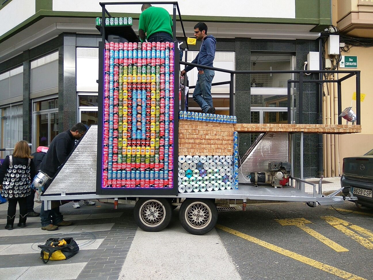A carroza gañadora, en proceso de preparación antes do desfile
