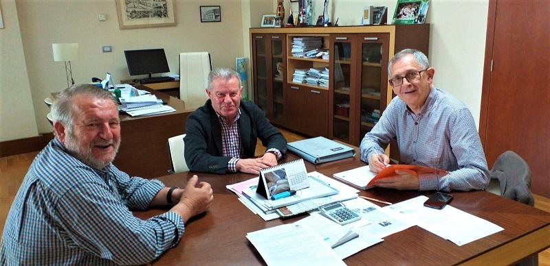Na sinatura do contrato tamén estivo o concelleiro Luis Lamas