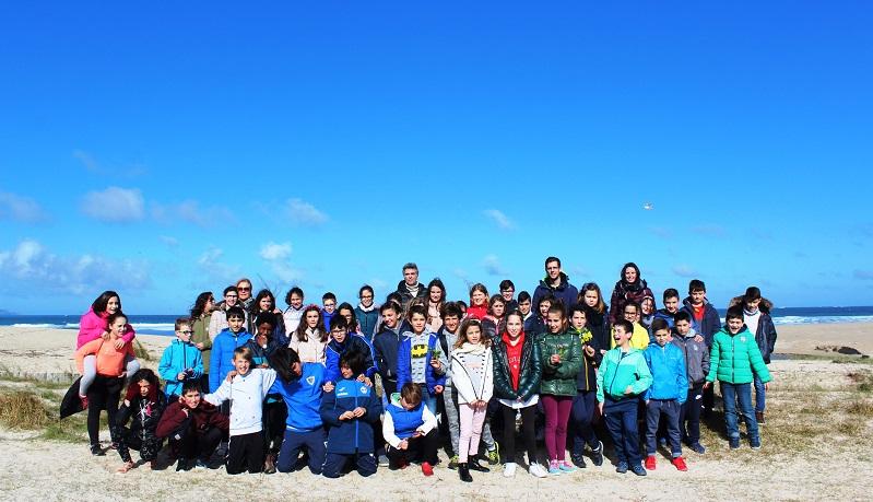 O alumnado do CEIP Nétoma-Razo identifica unha decena de especies invasoras nun pequeno treito de litoral