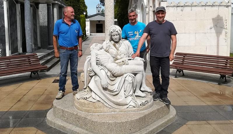 Anxo Cousillas (dereita) xunto cos operarios que axudaron a colocar a escultura