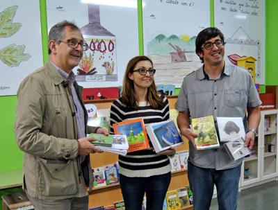 O CEIP A Cristina recibe o agasallo que acredita os traballos dos nenos e nenas do centro como os favoritos do público durante a XI Semana do Libro e a Lectura
