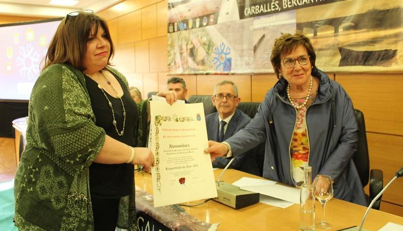 Chicha Calvo entregoulle o Bergantiñán do Ano a Claudia Bajo