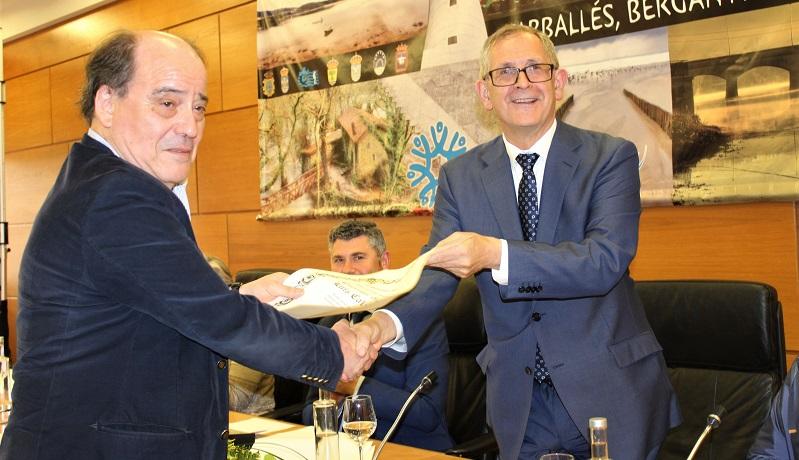Evencio Ferrero entregoulle a Chano Calvo o Carballés do Ano