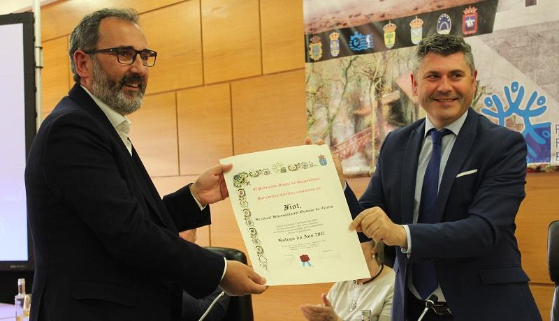 Ovidio Rodeiro entregoulle o Galego do Ano a Alberto Sueiro