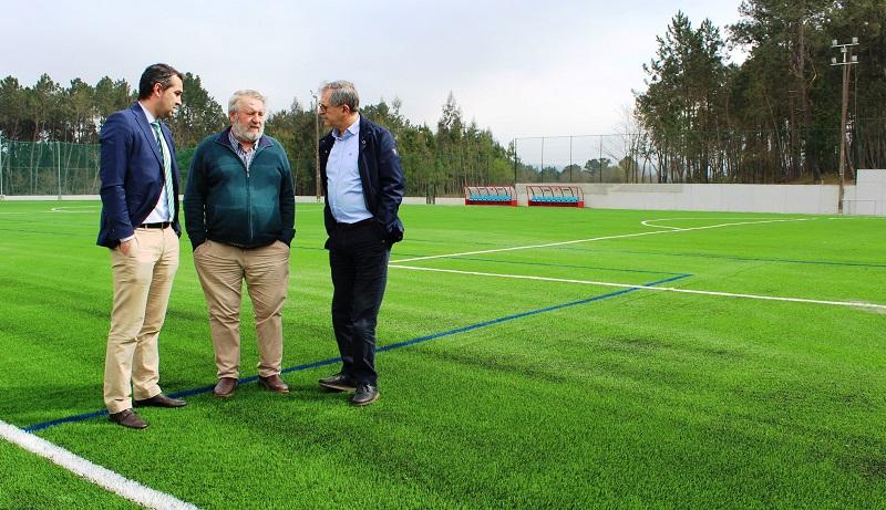 Evencio Ferrero e Luis Lamas, cun directivo da SD Sofán durante unha visita ao campo